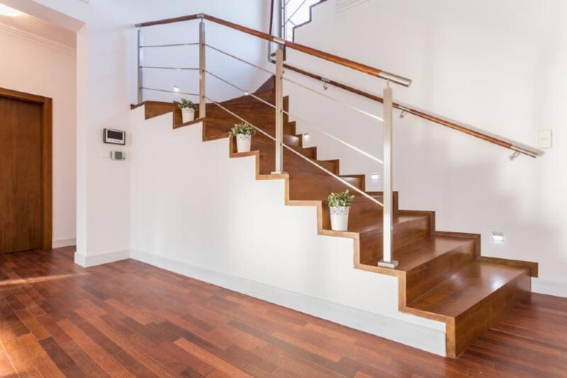 חיפוי מדרגות פרקט