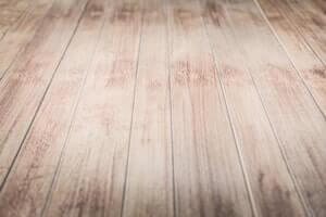 מה לעשות כשנשפך מים על פרקט עץ?